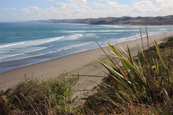 透明的,蓝色的,棕色的,绿色的……这是一片玻璃卵石堆积而成的沙滩.