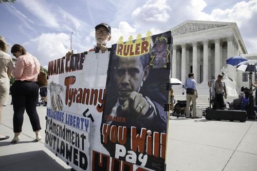 6月25日,反对奥巴马医改的美国民众在美最高法院门前游行