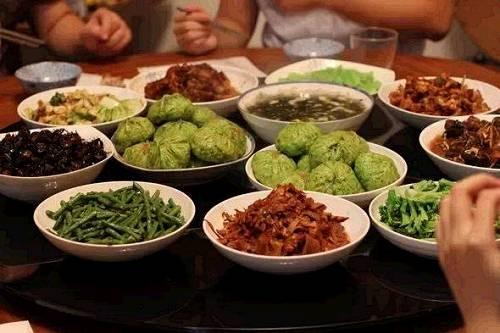不总是在外面餐馆吃饭,占用了大量资源其实宾主却未能尽欢。其实,家庭温暖的回归才是人们内心真实需要的东西,请朋友到家里来用餐,这不仅体现了主人对客人的尊重,还可以营造一种亲密、融洽的氛围。DIY的鲜花、蜡烛布置,体贴入微的菜谱设计,所耗更少,所得更多。