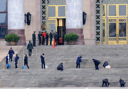 工作人员清洁人民大会堂台阶迎两会