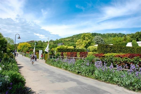 1。吉维尼小镇(法国)据说当年莫奈曾在巴黎近郊塞纳河沿岸的多个村子租房,对周围环境均不甚满意。18