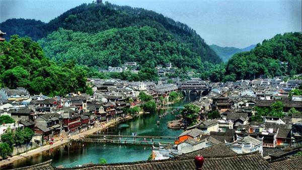 3。凤凰县(中国湖南)这座曾被新西兰作家路易艾黎称作中国最美丽的小城之一的凤凰古城,建于清康熙