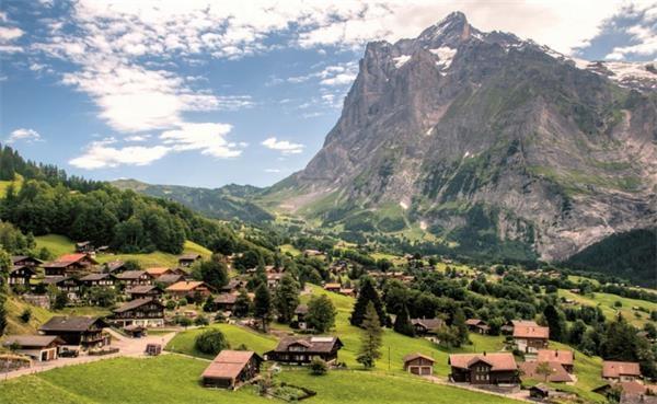 5。格林德尔瓦尔德(瑞士)格林德尔瓦尔德位于瑞士艾格峰的北麓脚下,面向贝塔峰,沿着险峻的地势拥有两