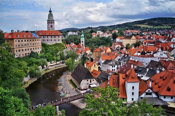 6。克鲁姆洛夫(捷克)捷克的克鲁姆洛夫被联合国教科文组织列为世界文化遗产之一。该镇自13世纪就已存