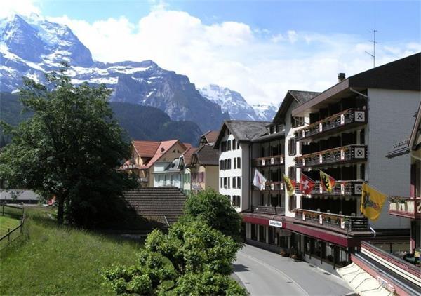 8。温根(瑞士)温根是瑞士一个耀眼的滑雪小镇,在这里高山美景随处可见。自100年前起,镇上禁止汽车