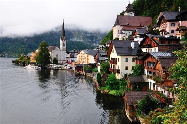 12。哈尔施塔特(奥地利)哈尔施塔特湖是萨尔茨卡默古特地区14个湖泊中最富灵性的观光胜地。清晨的湖