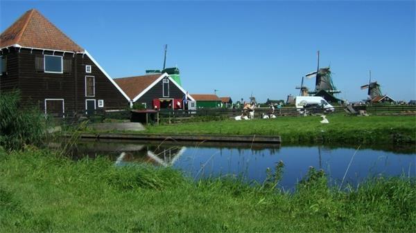 13。桑斯安斯风车村(荷兰)桑斯安斯风车村是一座秀美的古老村庄,风车和各式手工艺品作坊构成了一幅宁