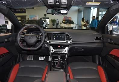 配置方面,该车配备了盲点监测,车道保持,esp,一键启动,自动空调,前排
