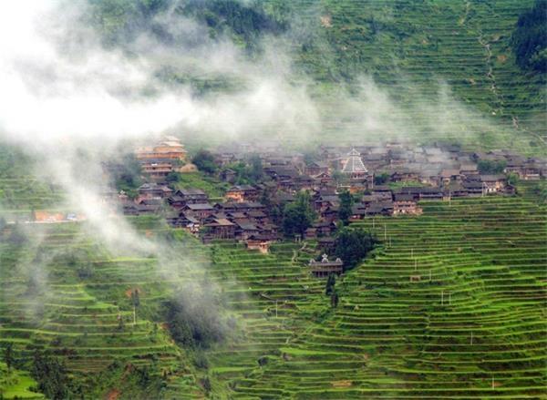 11。黎平肇兴古镇(中国贵州)肇兴侗寨四面环山,寨子建于山中盆地,一条小河穿寨而过。寨中房屋为干栏