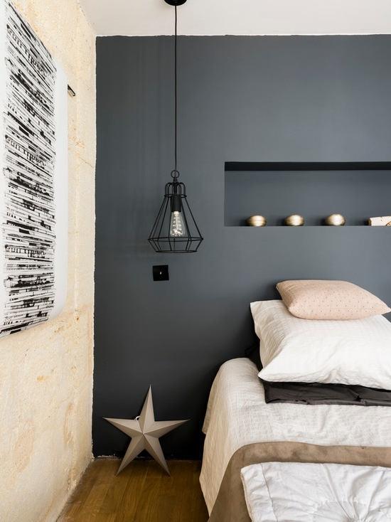 原木色的床铺给北欧风情增添了一些柔和温暖,床头隔板用作收纳,垂图片