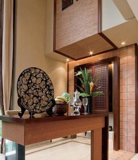 客厅隔断装修效果图:中式风格的条案也是不错的客厅隔断.