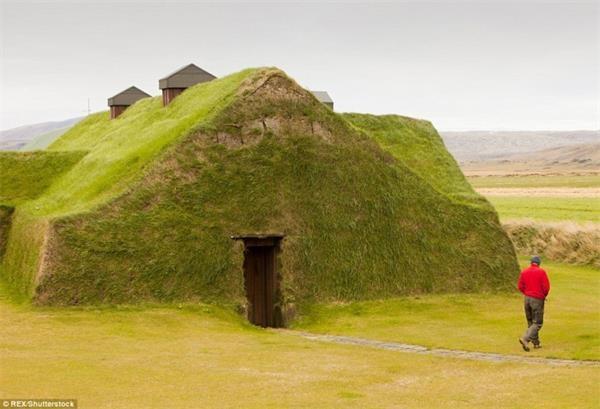 这个奇特的房子完全由草覆盖,看起来像一个霍比特人的洞穴.