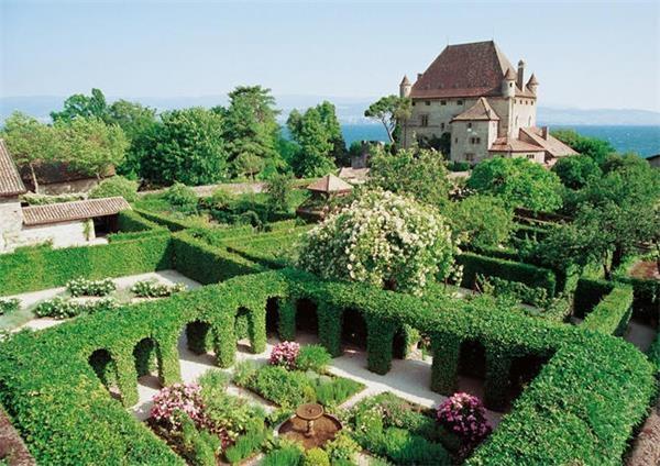伊瓦尔尔被誉为「勒曼湖畔的珍珠」,是一座历史悠久的小城镇,位于上萨瓦省,地理位置上与瑞士相邻,一幢幢石造建筑使得伊瓦尔散发一股纯朴且古老的气息,众多的天竺葵将街道妆点得灿烂,尽管位于国界边境,仍吸引旅人们前来见证这个美丽的境地。    2013年入选法国最美小镇,埃吉桑同样位于北法上莱茵省,中世纪时曾被罗马占领,境内拥有超过 300 公顷的葡萄园,可说是个不折不扣的酒城!缤纷的房舍自高空看呈现同心圆的排列,以小镇中央的城堡与教堂为核心,街道铺满卵石,家家户户的窗台上无不是鲜花争艳,来到这里的旅人们,