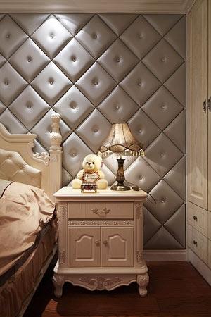 客厅多用瓷砖,如电视背景墙采用浅咖啡色瓷砖铺贴,而地面选用浅色地砖