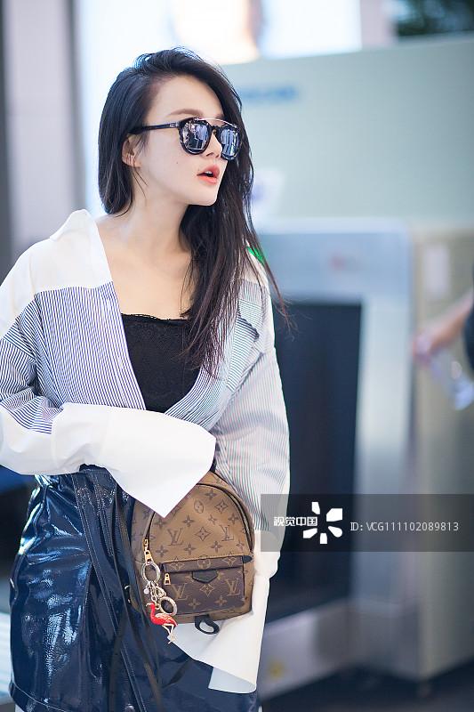 冉莹颖街拍 LV迷你双肩包漆皮半裙 辣妈尽显时髦图片