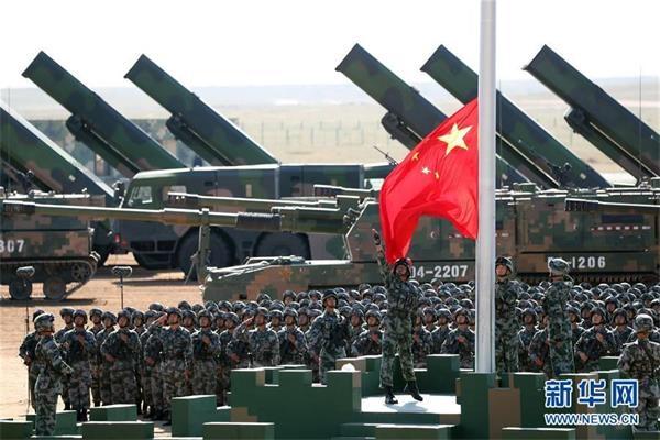 7月30日,庆祝中国人民解放军建军90周年阅兵在位于内蒙古的朱日和训练基地举行。中共中央总书记、国家主席、中央军委主席习近平检阅部队并发表重要讲话。这是升旗仪式。新华社记者