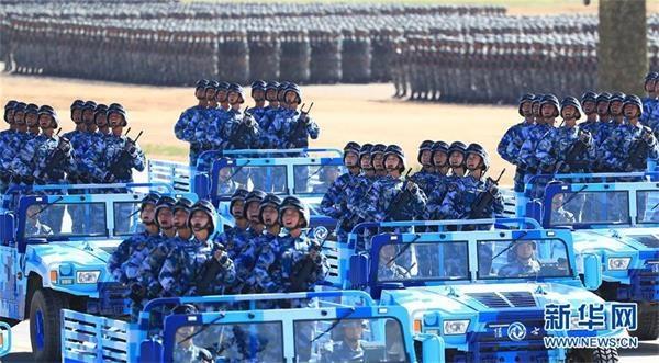 这是海军陆战队方队。新华社记者