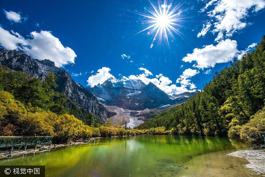 稻城亚丁:位于四川省甘孜藏族自治州的西南方,处在青藏高原的东部