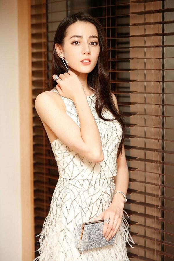 迪丽热巴,作为新疆的美女,五官立体,性格可爱迷人,异域的风情让人