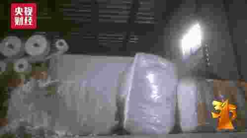曝光问题:国家明确规定,成人纸尿裤原料应该无毒、无害、无污染。但部分企业将不合格的散浆与国规的卷浆进行一定比例的混合使用,而散浆大部分来自于回收的纸尿裤,有的已经沾染了大片污渍,甚至发霉。