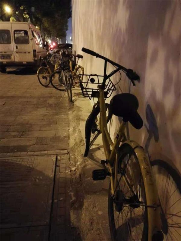 武汉市武昌区洪山广场A2口地铁口附近,民主路上损坏的小黄车