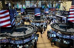 """美东时间周三,美股收盘涨跌不一,道指涨逾150点,标普500指数逼近历史纪录高位。银行股涨幅居前,科技股表现不佳。Tilray的股价剧烈波动,盘中五次触发""""熔断""""。"""