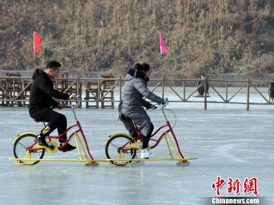 游客冰上骑自行车。