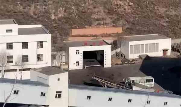 1月13日下午,事发煤矿副井硐口拉起警戒线,现场救援基本结束。图片来源:新京报我们视频截图