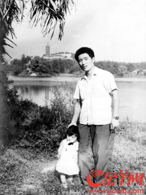 """华允庆:""""编年体""""父女照第40年 后悔女儿嫁得太远"""