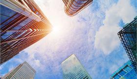 东方财富网16日讯,美东时间周五,美股三大股指全线收涨,道指涨超400点,标普500指数也涨逾1%。盘面上,银行股涨幅居前,高盛、摩根大通均涨逾3%。