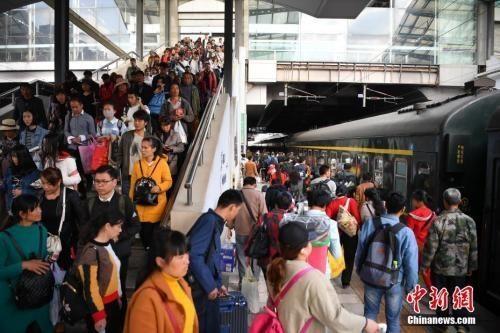 资料图:2019-01-16,旅客在昆明火车站进站乘车。中新社记者
