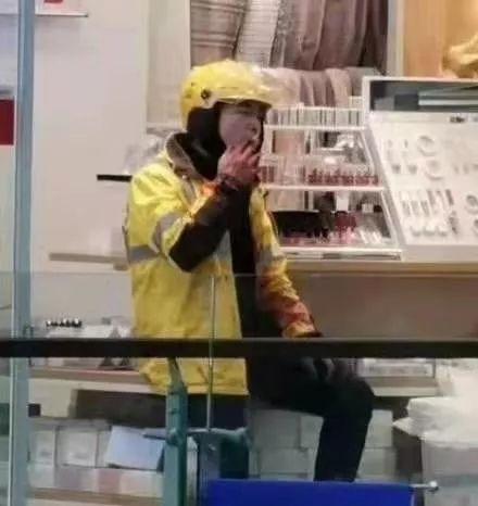 美团外卖工作人员当众将著名优秀店员杀死,事后冷静吸烟。对于这起血案有许多疑问