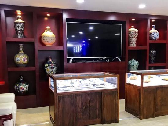 中国蓝田总澳门博彩评级网大厅设有玉石展柜,标有价签。