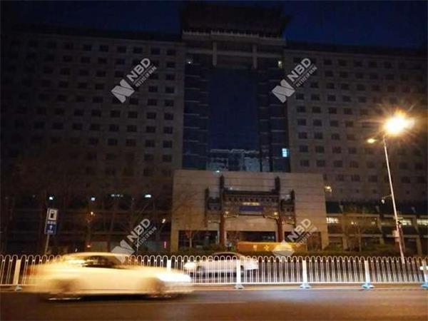 苍茫夜色和路灯映衬下的翠宫饭店图片来源:每经实习记者