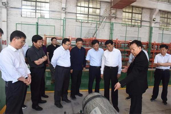 ▲南阳市委书记张文深在氢能源汽车项目现场办公的场景。