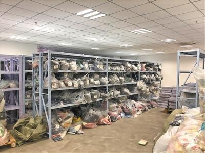 拉夏贝尔天津物流中心大楼三楼行政办公处,堆满大量库存衣物。