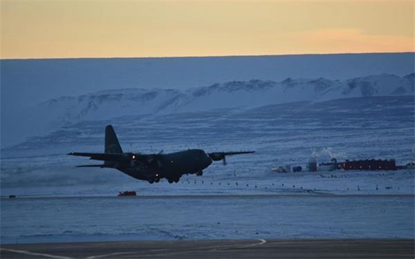 一驾运输机在图勒空军基地降落。