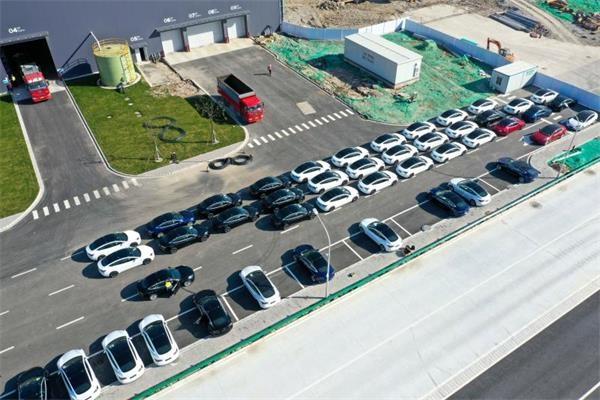 新车源源不断拉出厂区 上海特斯拉超级工厂全面恢复生产