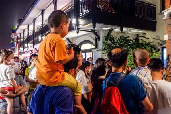 《【沐鸣注册登陆】上海迪士尼小镇再燃夜经济 吹糖人、棉花糖受青睐 餐饮店客流大增》
