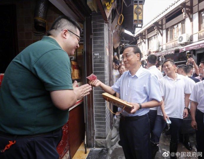 李克强来到重庆磁器口 用实际行动支持商家带动消费