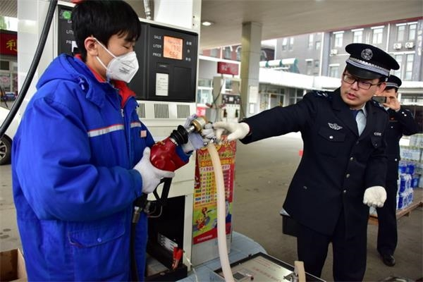 北京市生态环境局环保执法人员在现场检查。摄影/章轲
