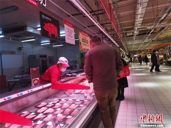 资料图:北京丰台区一家超市内的猪肉区。